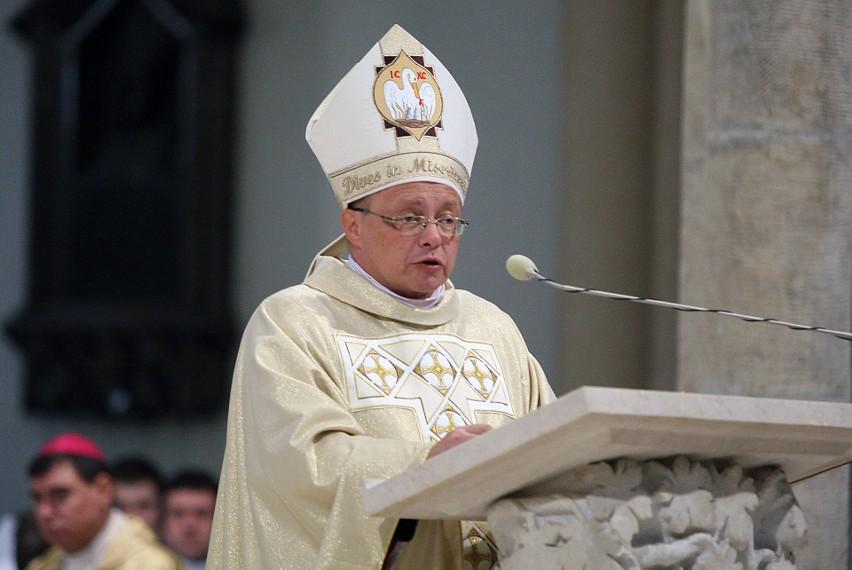 Synod został zwołany jeszcze przez arcybiskupa Marka Jędraszewskiego z okazji zbliżającej się setnej rocznicy powstania diecezji łódzkiej, jednak ze względu na zmianę łódzkiego ordynariusza został on przesunięty. Będzie kontynuowany przez arcybiskupa Grzegorza Rysia (na zdjęciu)