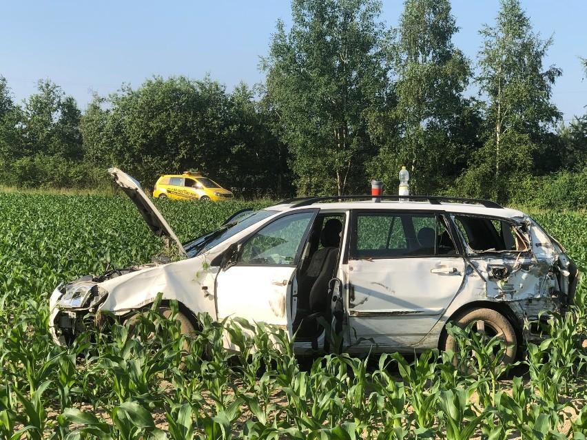 Jak wynika z pierwszych ustaleń policjantów, 51-letnia kobieta siedząca za kierownicą toyoty corolli, uderzyła w ciężarówkę, a potem wypadła z drogi i zatrzymała się w polu kukurydzy.