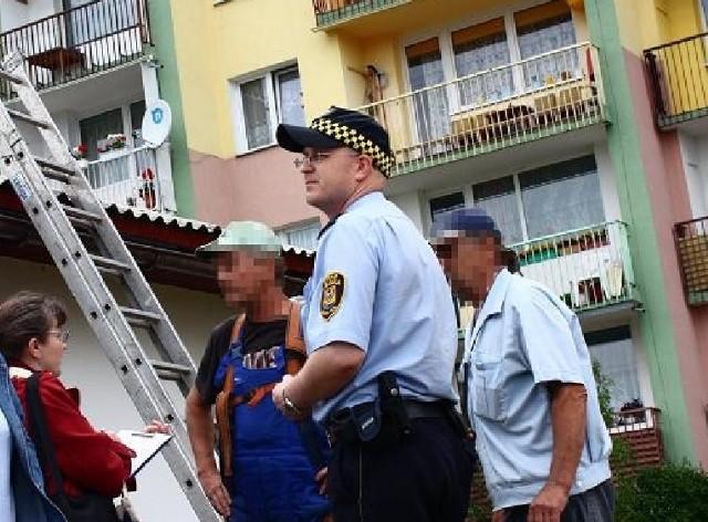 Pierwsi o azbestowej chmurze nad osiedlem dowiedzieli się strażnicy miejscy, którzy zaalarmowali o tym fakcie sanepid i inspektorat pracy