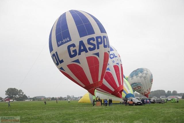 Kończą się już 17. Włocławskie Zawody Balonowe 2017 na lotnisku w Kruszynie. W imprezie wystartowało 14 pilotów. Niestety, wyjątkowo niesprzyjająca aura utrudniała loty. Odbyły się zaledwie trzy. Z powodu mżawki nie udała się też gala balonowa. Wkrótce podamy wyniki.