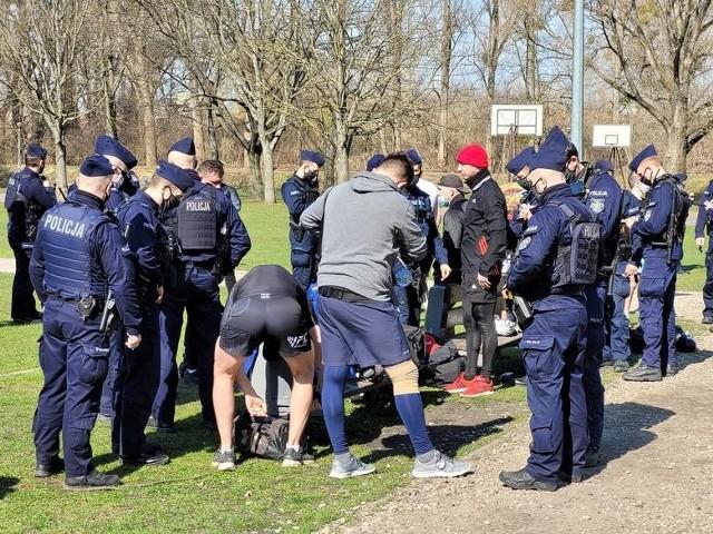 Policja 1800 razy skontrolowała czy białostockie siłownie i fitness kluby nie łamią obostrzeń. Mundurowi nie dali też zgody na zbiorowe trenowanie w parku