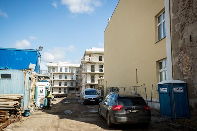 Na terenie sąsiadującym z kamienicą przy Garbarach 20 już powstają nowe budynki. Od strony ulicy ma powstać jeszcze jeden