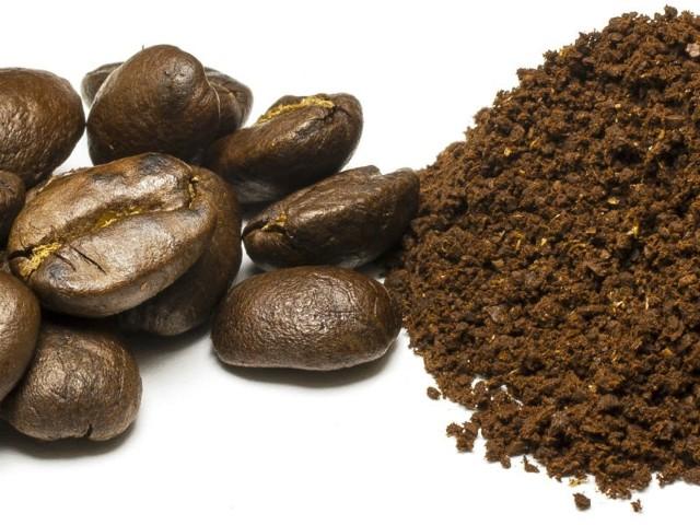 - Zaparzyć kawę. Odsypać fusy i do nich warto dodać trochę oliwy i cynamonu - wyjaśnia autorka porady.