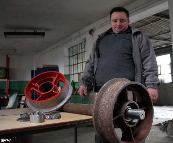 Robert Kacprzak sam buduje drezynę.