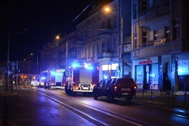"""Jak ustaliła miejscowa prokuratura, pod koniec marca 2020 roku w mieszkaniu przy ulicy Wybickiego w Grudziądzu doszło do zbrodni. Mirosław K. miał celowo oblać łatwopalną cieczą panią Bożenę, a potem ją podpalić niedopałkiem papierosa. Wybuchł pożar, przyjechali strażacy. Do mieszkania przed policją i ratownikami wkroczyli sąsiedzi. Zarówno im, jak i potem mundurowym mężczyzna tłumaczył, że doszło do wypadku. Wszystko wskazywało jednak na celowe, okrutne działanie...POLECAMY:""""Fryzjerka z Grudziądza nie odpowie za zabójstwo kochanka! """"Nie chciała zabić"""""""
