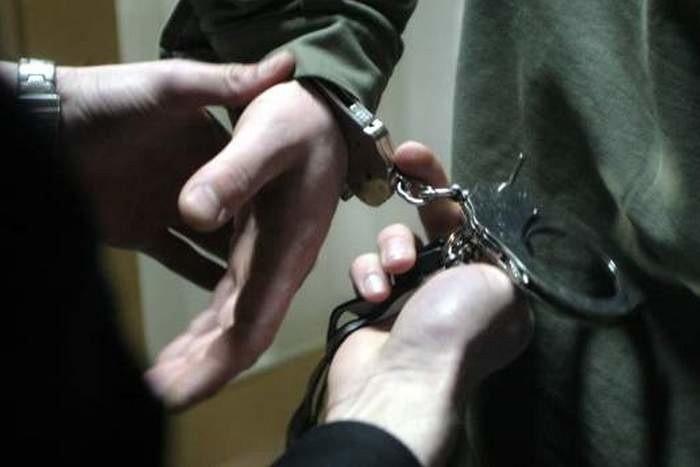 Pijani mężczyźni nie dość, że ukradli piwo, pobili sprzedawcę, to jeszcze rzucali się na policjantów.
