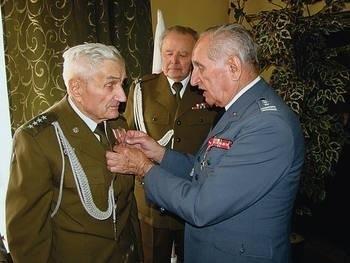 Kpt. Mieczysława Gąciarza odznacza płk Julian Zięba (z prawej). W środku mjr Józef Jarno. Fot. Zbigniew Wojtiuk
