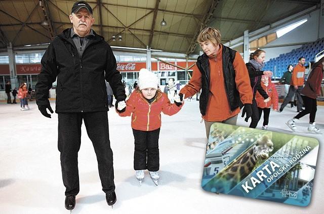 W sobotę na lodowisku Toropol spotkaliśmy Elżbietę i Leszka Szczęśników z wnukiem. Już od marca ślizgawka dla dzieci z kartą rodzinną będzie kosztować tylko złotówkę.