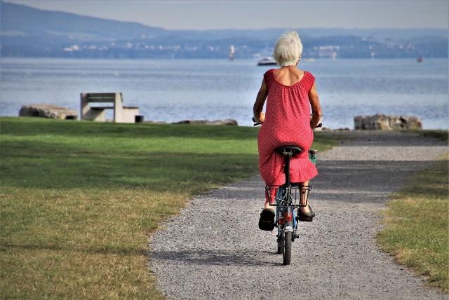 """""""Czternastka"""" tym się różni od 13. emerytury, że pełna jej kwota trafi na konta tylko tych osób, którzy nie przekroczą progu 120 proc. średniej emerytury. Ile dokładnie wyniosą wypłaty """"czternastek?"""" Sprawdź! --------->"""