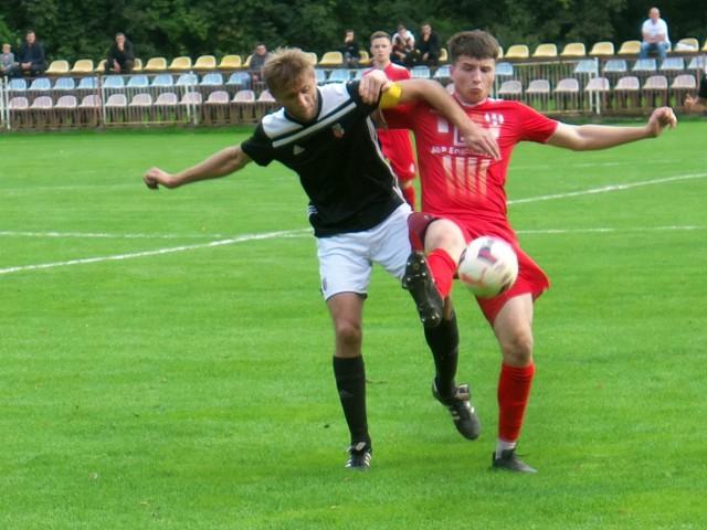 Orzeł Przeworsk (czerwone stroje) po ciekawym meczu przegrał z Piastem Tuczempy.