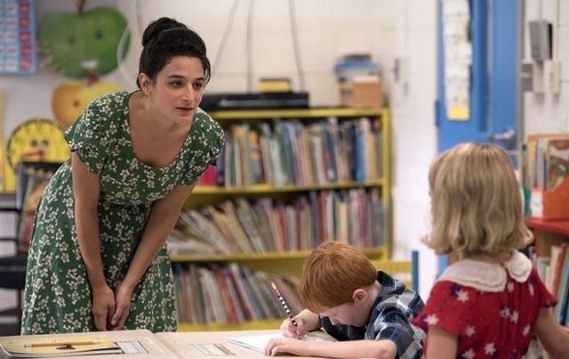 """""""Obdarowani"""" reż. Marc WebbFrank Adler to samotny mężczyzna, który mieszka w małym miasteczku na Florydzie i wychowuje """"genialne dziecko"""" – swą wybitnie uzdolnioną siostrzenicę Mary. Frank pragnie, aby Mary uczyła się w zwykłej szkole, ale jego bogata i wpływowa matka Evelyn ma inne plany – chce wziąć edukację wnuczki w swoje ręce, rozdzielając tym samym Franka i Mary. Evelyn ma po swej stronie całą armię prawników, podczas gdy Frank może liczyć tylko na dwie osoby: życzliwą mu gospodynię, Robertę i nauczycielkę Mary, Bonnie, z którą zaczyna łączyć go uczucie. W głównych rolach znany z filmów o superbohaterach Chris Evans i utalentowana aktorka komediowa Jenny Slate."""
