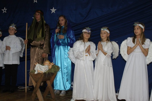 Podczas spotkania opłatkowego z mieszkańcami gminy odbyły się jasełka. Wykonali je uczniowie ze szkoły w Łopusznie.