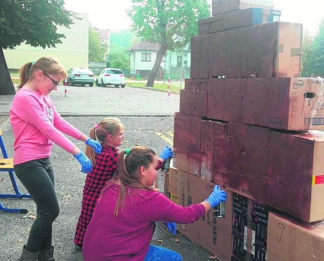 Na zdjęciu uczennice klasy IV: Oliwka, Jagoda i Julka budują piramidę dziecięcej aktywności.