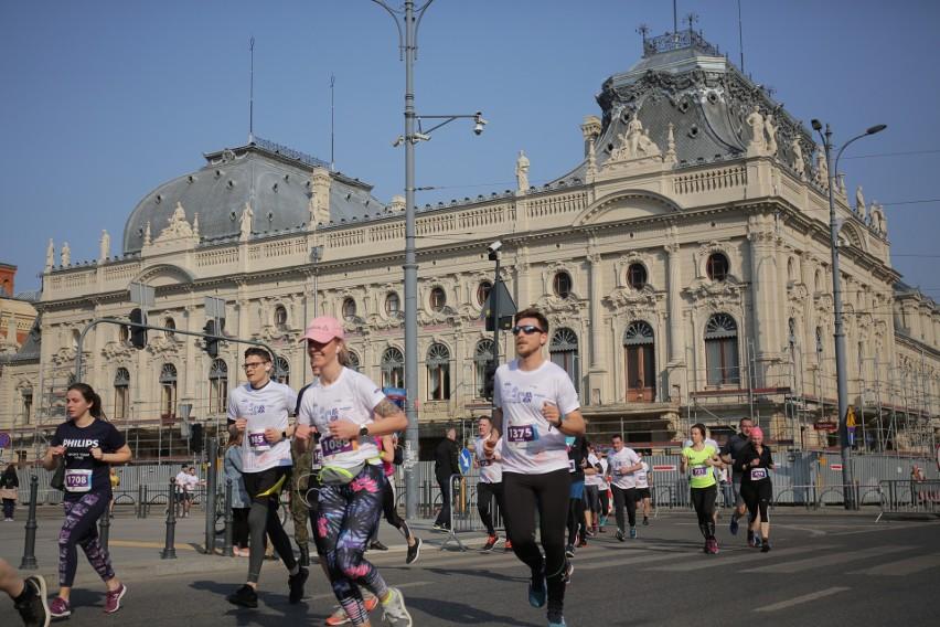 Maratończycy przebiegają obok Pałacu Poznańskiego