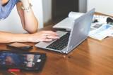 Będą laptopy dla nauczycieli i uczniów! Gminy mają kupić sprzęt, 180 milionów złotych przekaże Ministerstwo Cyfryzacji