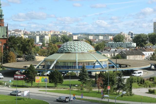 Właściciel dworca autobusowego przy ulicy Czarnowskiej w Kielcach chce go odsprzedać miastu za 28 milionów złotych. Przyznaje, że to ruina, której nie zamierza remontować.