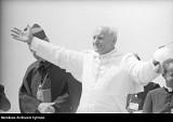 101. rocznica urodzin Jana Pawła II. Papież Polak nie zapomniał o ojczyźnie. Zobacz archiwalne zdjęcia z pierwszej pielgrzymki do kraju