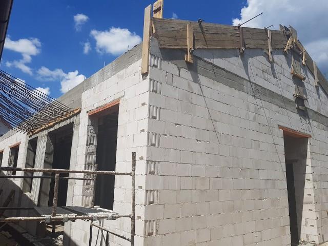 W Dobieszynie trwa budowanie ścian szczytowych nowego ośrodka zdrowia. Całość ma być gotowa zimą tego roku.