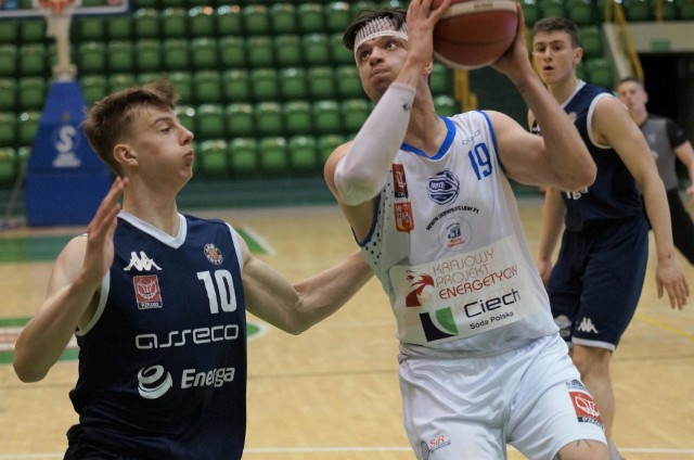 Koszykarze Noteci (białe stroje) przegrali na własnym parkiecie z AMW Asseco Arka Gdynia. Wynik meczu 76:75 dla Arki