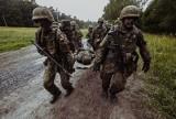 Terytorialsi zdają egzamin przed przysięgą - pokonują dwudziestokilometrową pętlę taktyczną na poligonie w Biedrusku