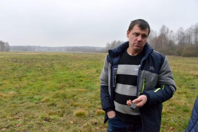 Tomasz Siadul pokazuje swoje pole w Hucisku, gmina Strawczyn, które - jak mówi - co roku jest niszczone przez żerujące dziki.