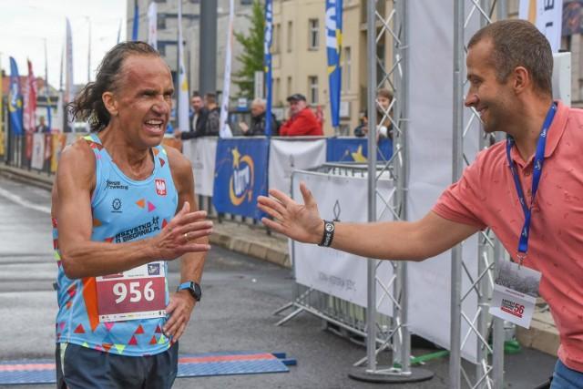 Jesteśmy tuz przed startem 20. PKO Poznań Maratonu (niedziela, 20 października, godz. 9, start z ulicy Bukowskiej, meta na placu Marka na MTP). W imprezie, w której ma wystartować 7 tys. osób, nie wszyscy z biegaczy wiedzą jak zachować się podczas trudnych sytuacji na trasie, liczącej aż 42 km i 195 m.