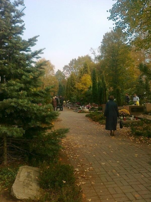 Pogoda w sobotę, 1 listopada, jest łaskawa dla odwiedzających cmentarze w Wielkopolsce we Wszystkich Świętych.