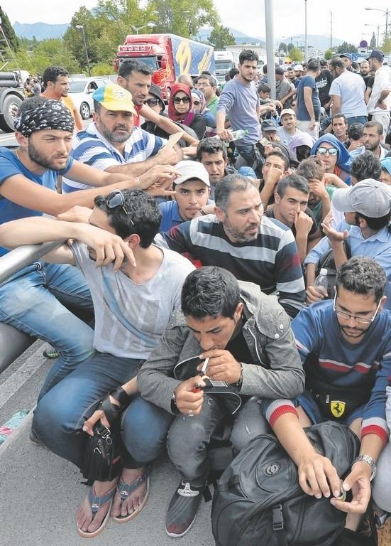 Imigranci i uchodźcy przyjeżdżają do Europy
