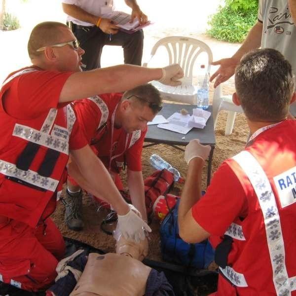 Adam Płaczek (w środku) podczas udzielania pierwszej pomocy.