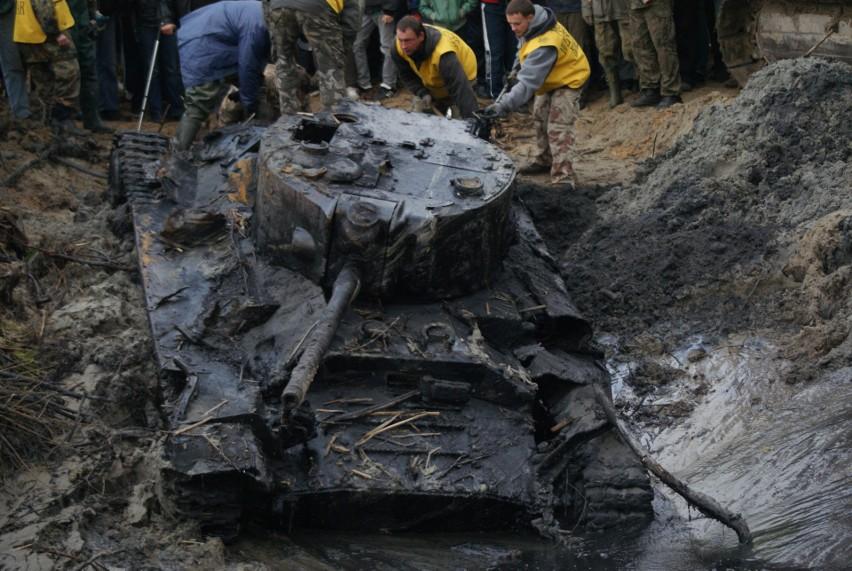 Czołg Valentine IX wydobyty z Warty jest rekonstruowany