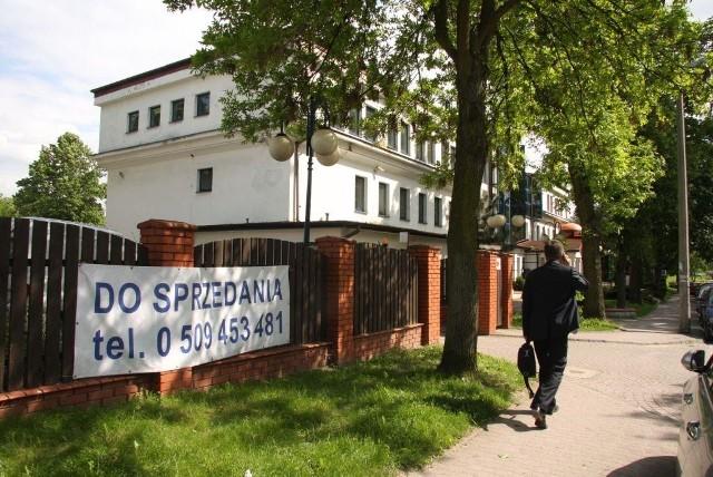 Ten budynek i działkę chce sprzedać Telekomunikacja Polska SA