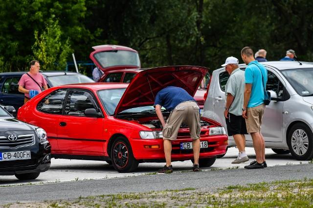 Wielu bydgoszczan odwiedziło w niedzielę (5.07.) giełdę samochodową przy ul. Fordońskiej. Choć frekwencja - zarówno sprzedających, jak i odwiedzających - była nieco niższa niż zwykle,  nie zabrakło zainteresowanych poszczególnymi modelami aut i innymi rozmaitymi drobiazgami. Zobaczcie zdjęcia z giełdy motoryzacyjnej >>>Smaki Kujaw i Pomorza SEZON 2 ODC 19