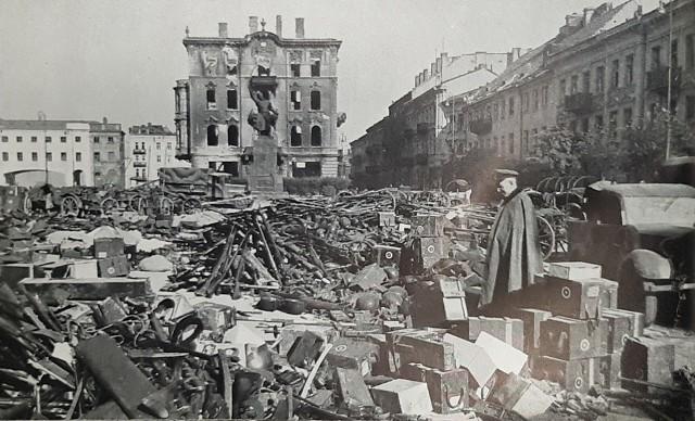 """1 września 1939 roku, czyli dokładnie 80 lat temu, wybuchła II wojna światowa. Kampania wrześniowa zakończyła się klęską Polski. Zobacz unikalne zdjęcia z Warszawy, Gdańska, Poznania, Łodzi i innych polskich miast.Zdjęcia pochodzą z niemieckich archiwów. Zostały zrobione przez Niemców w celach propagandowych. Pokazywane były w albumach z takimi tytułami, jak """"Der Sieg im Osten"""" (Zwycięstwo na Wschodzie). Sfotografowano wiele miast: Poznań, Łódź, Katowice, Gdańsk, Gdynie, Bydgoszcz i wiele innych. Najwięcej zdjęcie powstało w Warszawie, mocno zniszczonej w kampanii wrześniowej 1939 roku, a ostatecznie spalonej podczas powstania warszawskiego w 1944 roku."""