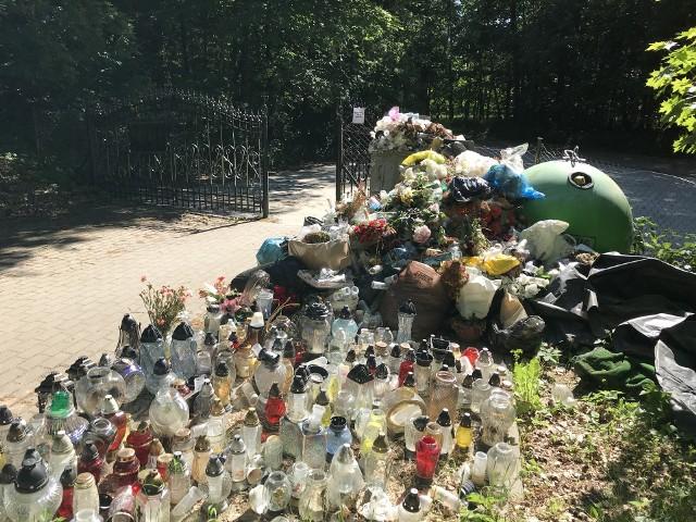 Stos śmieci na cmentarzu we Wrześciu. Odwiedzający zmarłych donoszą o powtarzającym się problemie z wywozem nieczystości.