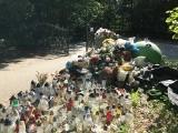 Stos śmieci na cmentarzu we Wrześciu. Odwiedzający zmarłych donoszą o powtarzającym się problemie z wywozem nieczystości
