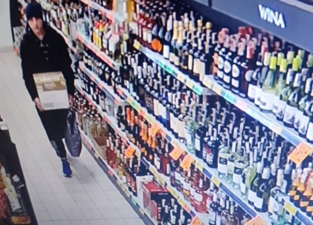 Kryminalni z bydgoskiego Szwederowa prowadzą postępowanie w sprawie kradzieży 12 butelek firmowej whisky o pojemności 0,7 każdej z nich