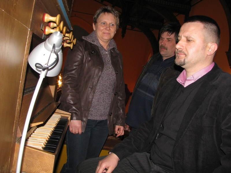 - Msza z organami jest zupełnie inna. Piękniejsza – przekonują inicjatorzy akcji Adam Kamiński (na pierwszym planie), Marek i Joanna Grabia.
