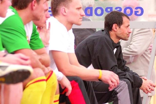 Trener Pawlak (pierwszy z prawej) na początku rozgrywek nie miał wesołej miny, ale z każdym kolejnym meczem jego podopieczni spisywali się coraz lepiej.