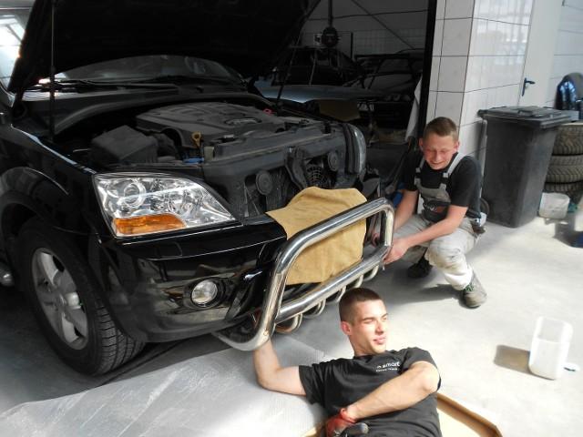 Police: Hufiec pomoże ci zdobyć dobry zawódMateusz Ługowski (z lewej) oraz Bartek Sobolewski zdobyli zawód mechanika samochodowego. W piątek odebrali świadectwa ukończenia szkoły zawodowej.