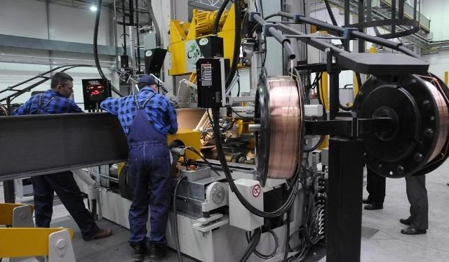 W Bydgoskim Parku Przemysłowo-Technologicznym zainwestowało prawie 90 firm, m.in. z branży metalowej. To hala Metalbarku, są tutaj nowoczesne maszyny do obróbki kształtowników i blach.