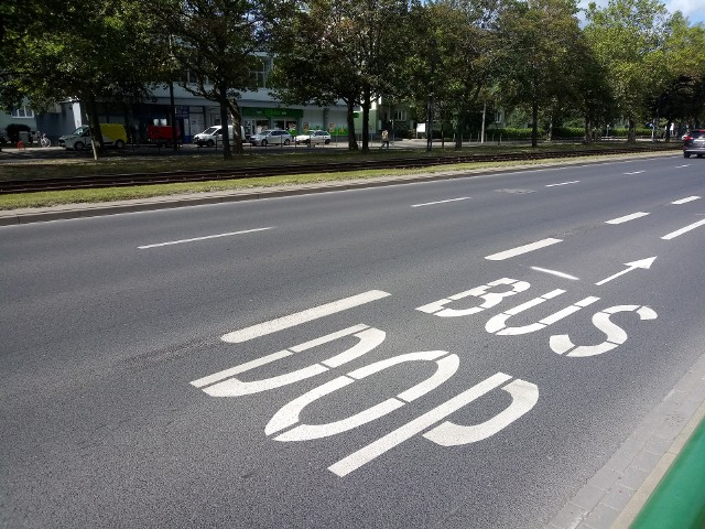 Uruchomiony w czwartek buspas na ul. Przybyszewskiego - według założeń - poprawi ruch w tym miejscu.