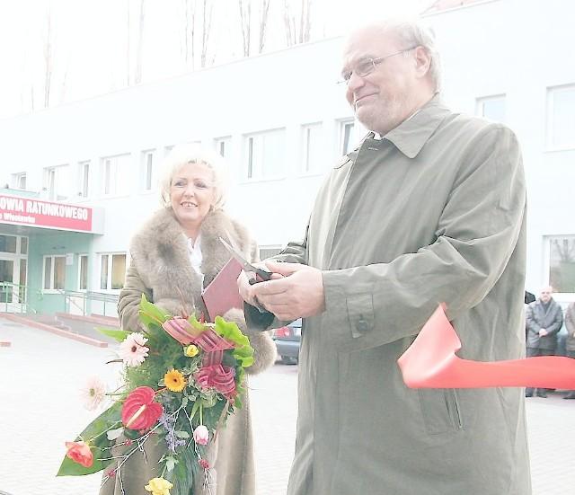 Dyrektor Ewa Krysińska-Błaszczyk i wicemarszałek Edward Hartwich uroczyście przekazują do użytku zadaszone garaże dla karetek
