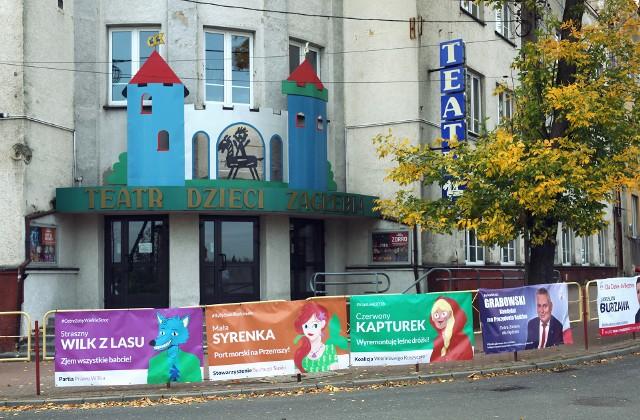 Przed budynkiem będzińskiego Teatru Dzieci Zagłębia zawisły plakaty wyborcze dwóch kandydatów. W tym tygodniu pojawiły się kolejne.