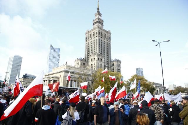 O godz. 12 w centrum Warszawy rozpoczął się protest organizowany przez Ogólnopolskie Stowarzyszenie Wiedzy o Szczepieniach STOP NOP.