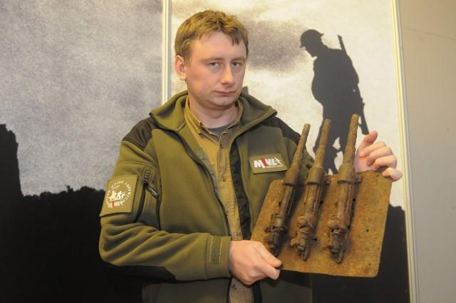 Łukasz Skoczek z działu uzbrojenia Muzeum Wojsk Lądowych prezentuje podarowane przez saperów urządzenie