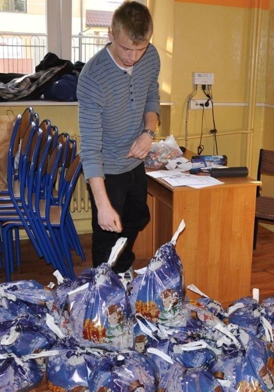 W środę uczniowie i nauczyciele pakowali prezenty dla dzieci z Solecznik .
