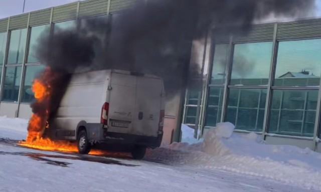 Na parkingu przy ul. Kazimierza Wielkiego w Białymstoku zapaliło się auto