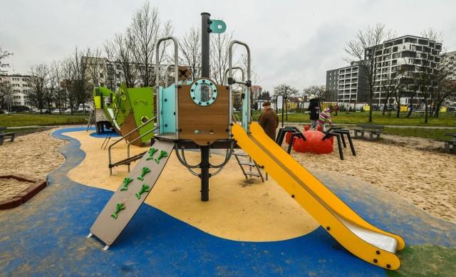 W ramach pozimowego sprzątania na terenie placów zabaw zostanie wymieniony piasek.