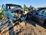 Wypadek w gminie Czersk. Policjanci zatrzymali prawo jazdy sprawcy zdarzenia. 16.08.2020 r. bus przewożący kajaki zderzył się z osobówką