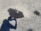 Tak w Kielcach naprawia się drogi. Na skrzyżowaniu ulic Bodzentyńskiej i Wesołej dziury w kostce brukowej załatali asfaltem. Dlaczego? FOTO